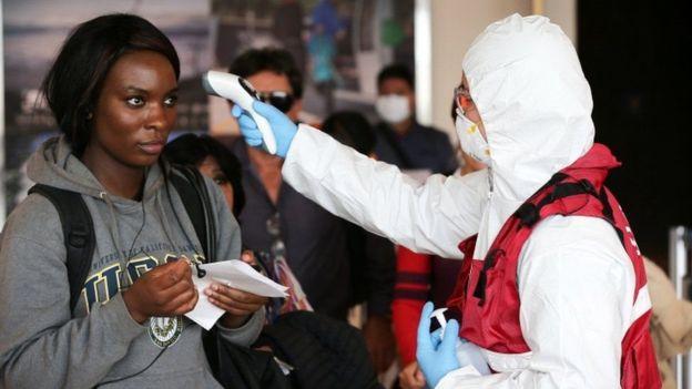 En los aeropuertos se han tomado medidas de precaución, sobre todo con viajeros que han llegdo de paises infectados de coronavirus como Italia o España. Foto BBC News