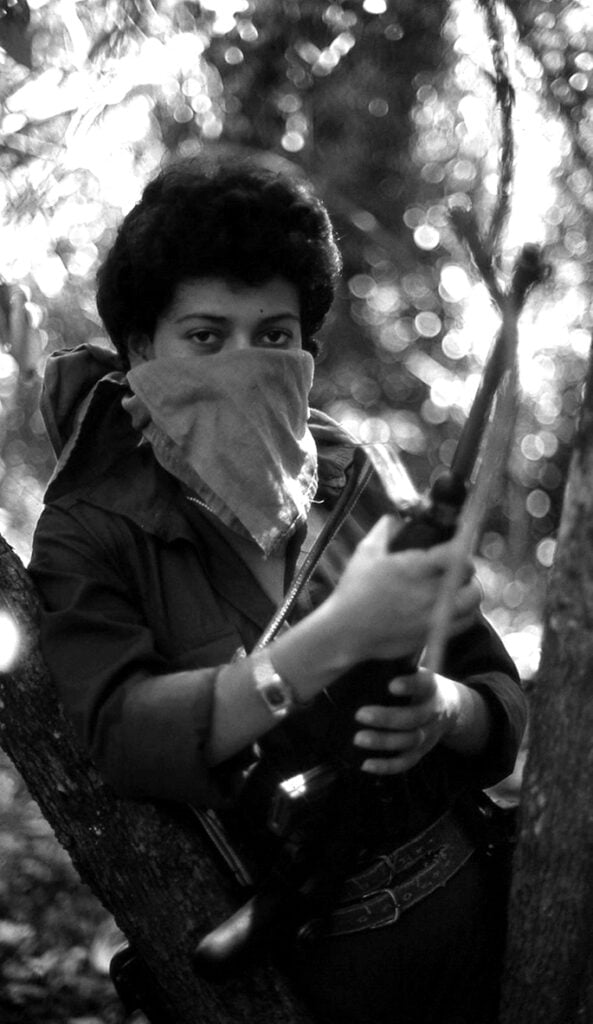 FOTO DE GUERRILLERA DEL EPL en el Monte1 593x1024 - Liliana Toro: Reportera gráfica